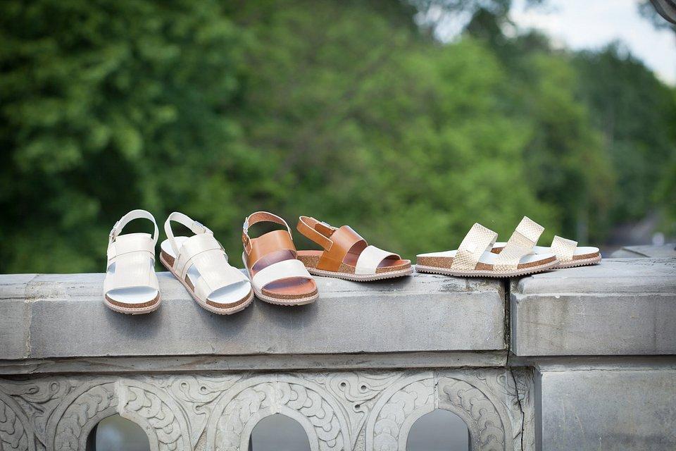 Klapki i sandały z miękkiej skóry to podstawa letniej garderoby.