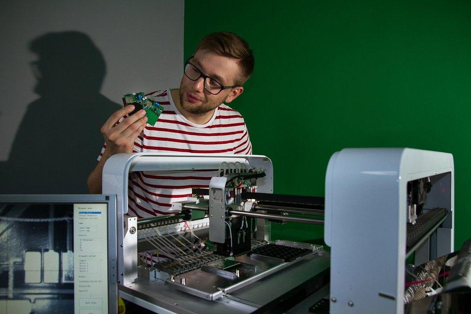 Michał Powichrowski prezentuje prototypy urządzeń przy linii
