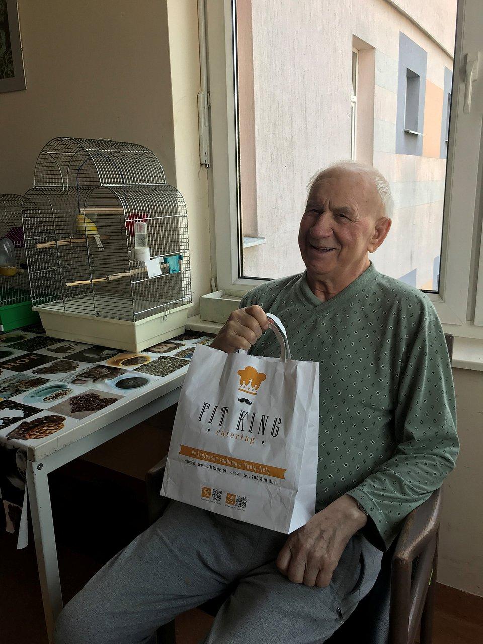 Pan Ignacy ze swoimi zdrowymi posiłkami. Fot. FitKing Catering