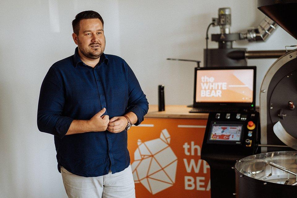 Marcin Zalewski, barista w the White Bear Coffee