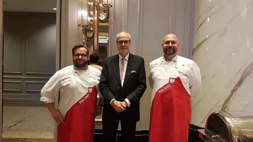 Od lewej: Marcin Budynek, szef kuchni i właściciel restauracji FISZA w Augustowie; Ambasador RP w Kuala Lumpur Krzysztof Dębnicki; Mariusz Olechno, Koku Sushi Chef