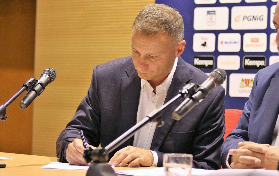 Marek Paliświat, wiceprezes spółki Torus podpisuje umowę o współpracy strategicznej z drużyną piłkarzy ręcznych Wybrzeża Gdańsk