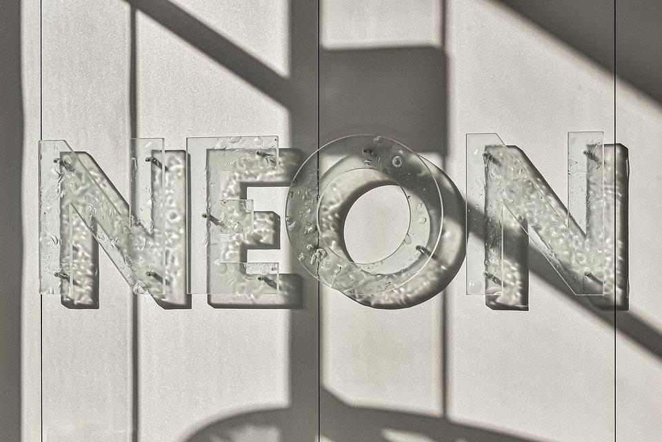 Neon, napis w holu budynku.jpg