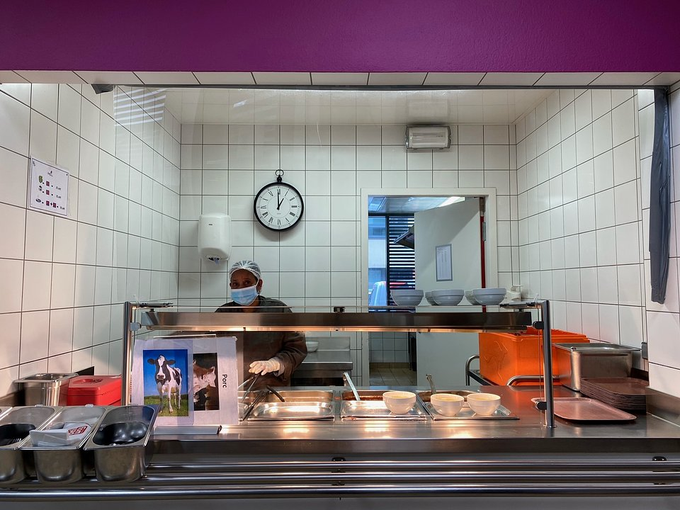 Woman in professional reintegration working in the Hollerich social restaurant.
