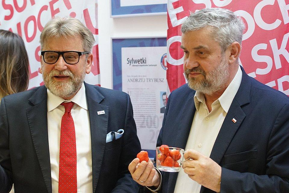Czas na polskie truskawki Minister_Ardanowski_i_Główny_Inspektor_Sanitarny_degustują_truskawki.jpg