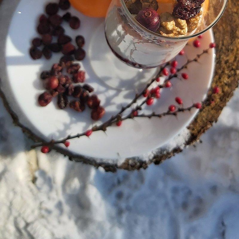 Deser z liofilizowanymi owocami, orzechami i mandarynka.jpg