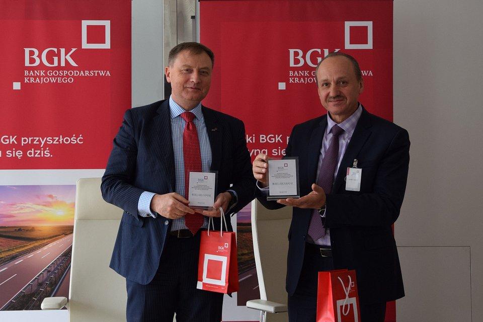 Od lewej: członek zarządu BGK - Wojciech Hann i pierwszy wiceprezes Belarusbanku - Aliaksandr Paliuka