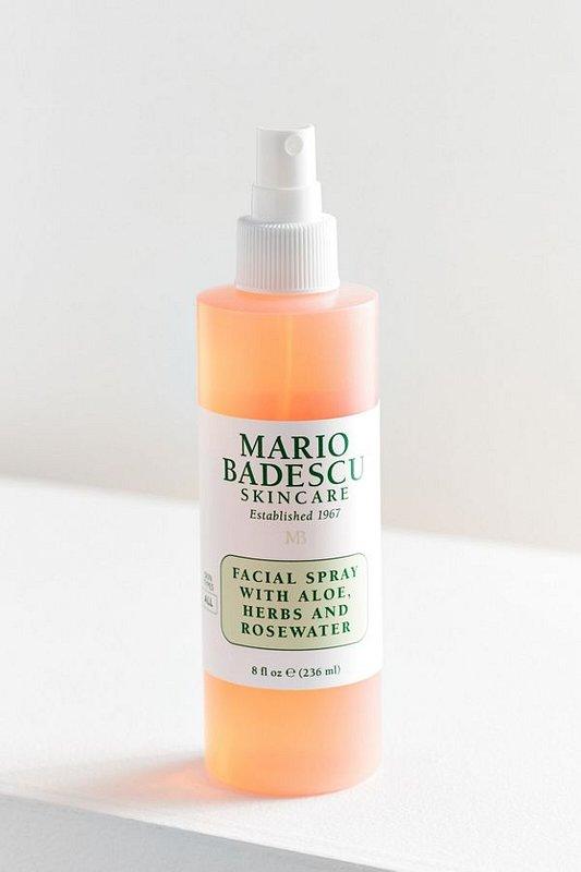 Mgiełka do twarzy: Facial Spray with Aloe, Herbs and Rosewater. Niezależnie od tego, czy masz ochotę na nawilżenie, czy odświeżenie w ciągu dnia, ulubiony spray do twarzy Mario Badescu pomaga ożywić odwodnioną skórę w dowolnym czasie i miejscu. Jest to odmładzająca mgiełka z ekstraktami ziołowymi i botanicznymi (jak Aloe Vera, Gardenia, Rose, Bladderwrack i Tymianek), które pomagają ukoić i ponownie pobudzić skórę - nadając jej zdrowy, promienny blask.