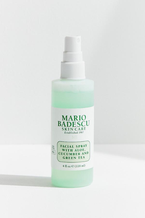 Mgiełka do twarzy: Facial Spray with Aloe, Cucumber and Green Tea.  Odżywiaj zmęczoną skórę Cucumber and Peppermint Essential Waters. Ta mgiełka do twarzy Mario Badescu zapewnia wzmocnienie nawilżenia, a zawarta w nim zielona herbata zapewnia silną ochronę antyoksydacyjną - pozostawiając skórę odświeżoną i odżywioną.
