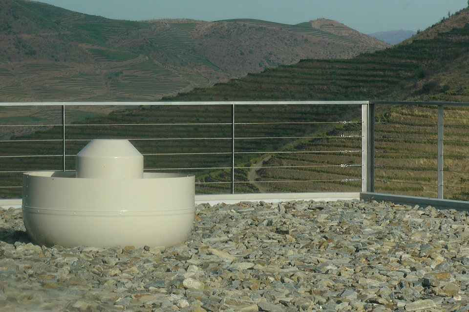 Cobertura de edifício com integração paisagística e sistema de ventilação passiva para maior eficiência energética (regulação de temperatura e humidade) e segurança dos trabalhadores (evacuação de gases da fermentação)