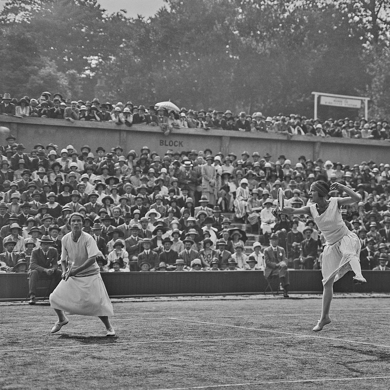 Suzanne Lenglen and Elizabeth Ryan.jpg