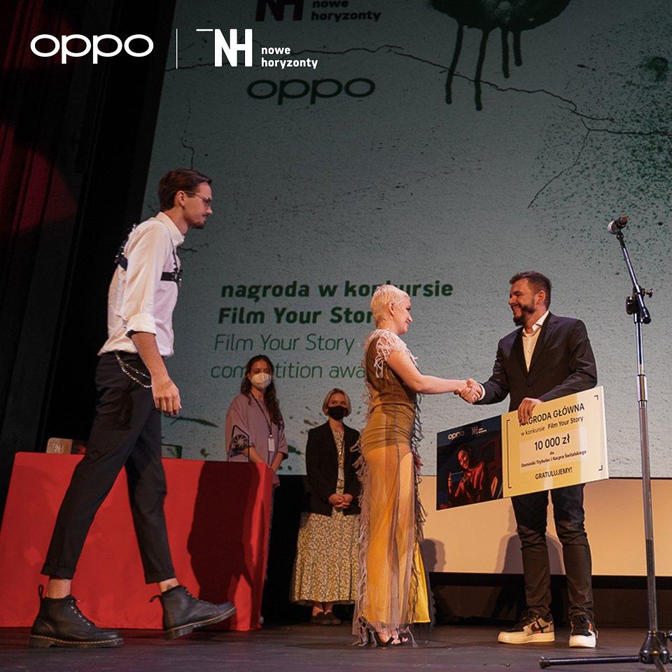 Zwycięzcy konkursu Film Your Story - Dominika Trybulec i Kacper Świtalski oraz PR Manager OPPO Polska - Piotr Żaczko
