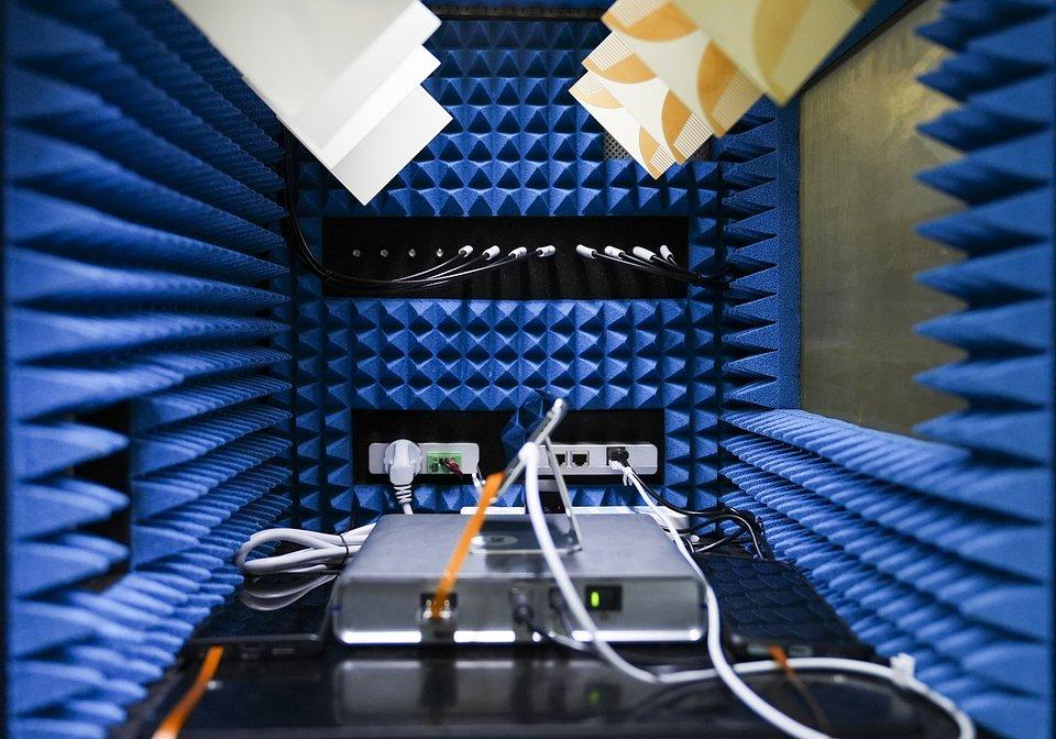 Testowanie smartfona w OPPO Communication Lab
