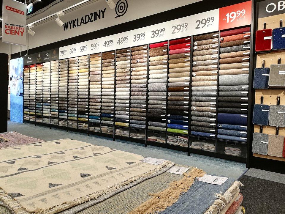 Ekspozycja wykładzin dywanowych w sklepie KOMFORT.