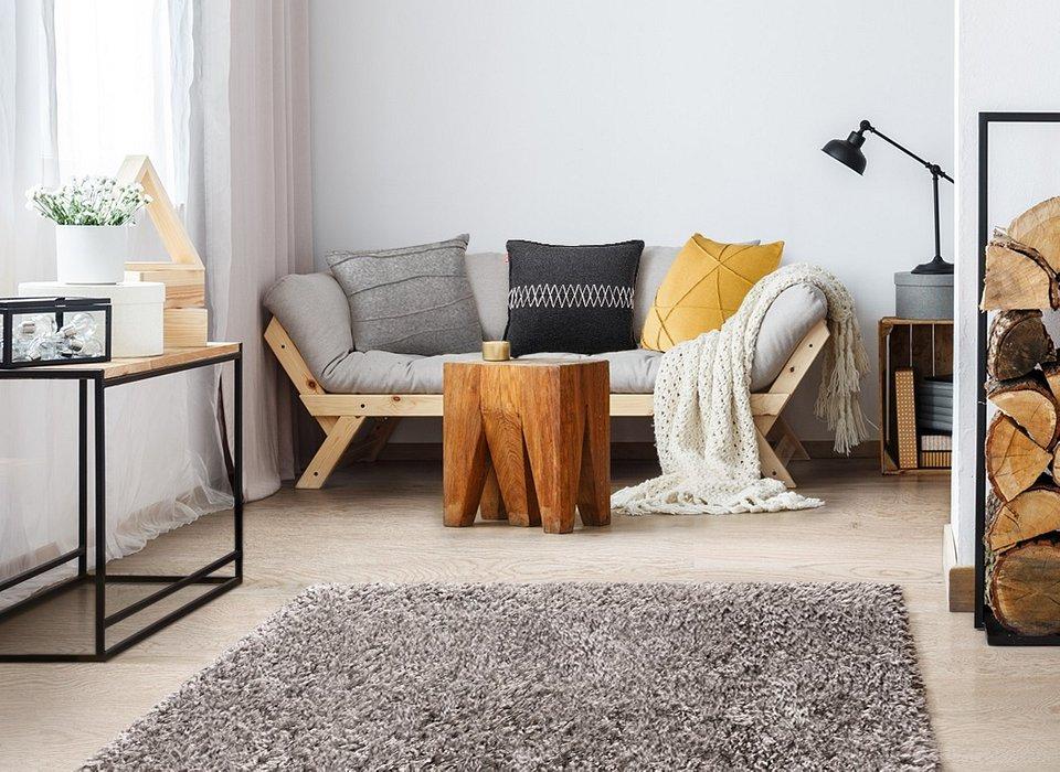 Na zdjęciu poduszki Felt oraz dywan Floki. Produkty dostępne w sklepach stacjonarnych i na www.komfort.pl.