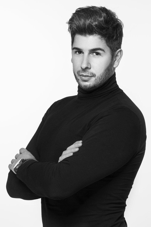 Piotr Sierpiński to stylista fryzur, podchodzący do swojej pracy z ogromną pasją i zaangażowaniem. Posiada 13 lat doświadczenia w zawodzie, a jego specjalizacja to zagęszczanie i przedłużanie włosów. Jest właścicielem luksusowego atelier Piotr Sierpiński, Hair w Poznaniu, uznanego przez magazyn Gala za Najlepsze Miejsce Beauty 2019.