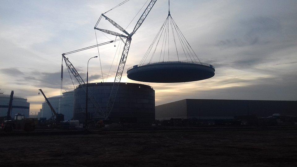 Montowany dach waży około 210 ton