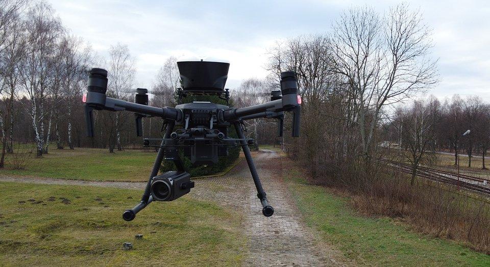 Drony są znacznie tańsze i bardziej ekologiczne niż wykorzystywany do tej pory śmigłowiec.