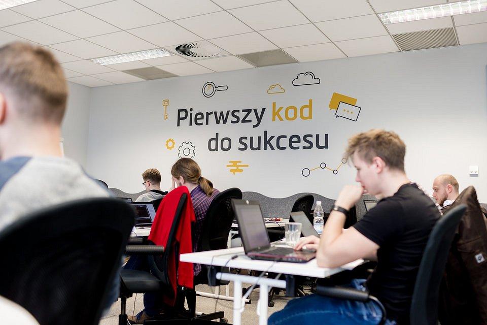 Szkoła IT Coders Lab korzysta z własnych materiałów szkoleniowych.
