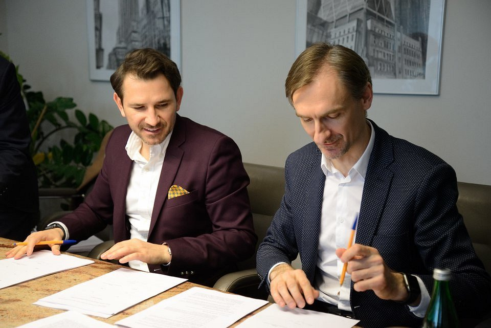 Od lewej: Maciej Noga (Chief Investment & Strategic Growth Officer) i Gracjan Fiedorowicz (CFO) z Grupy Pracuj podczas podpisania umowy inwestycyjnej