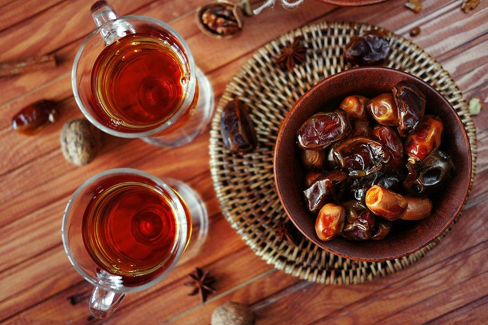 Orzeźwiająca herbata z kardamonem, cynamonem, miętą i daktylami.jpg