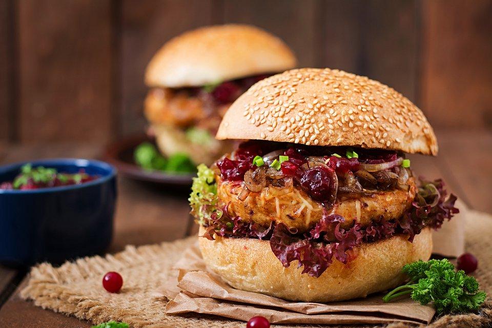 Bakalland_Burger z kurczakiem i żurawinowym musem.jpg