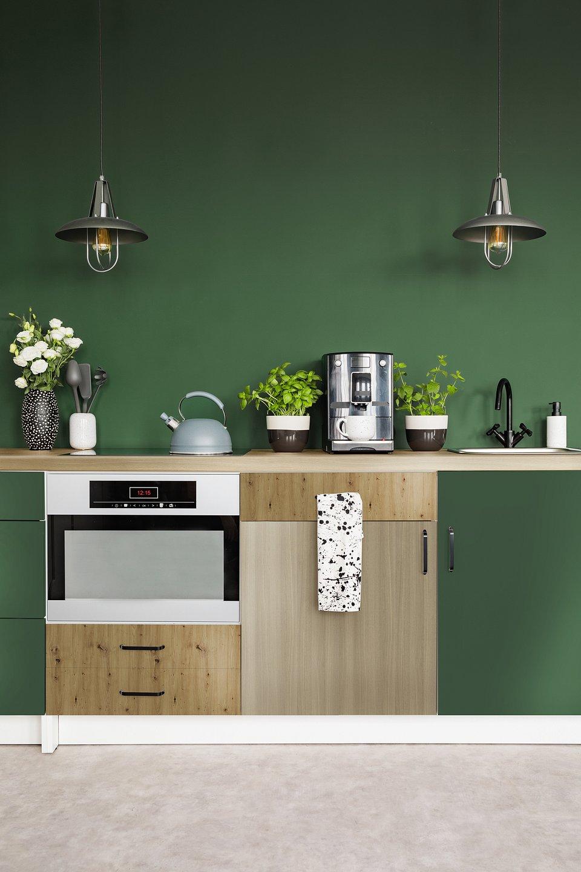 W zielonej kuchni został zaprezentowany blat kuchenny Dąb Springfield oraz odświeżone szafki z płyty laminowanej Labrador, Dąb Artisan i Dąb Springfield, fot. materiały prasowe Pfleiderer.