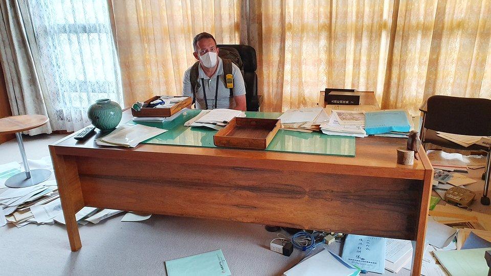Gabinet burmistrza w mieście Okuma na terenie strefy czerwonej; fot.: TVN / Piotr Dziemdziela