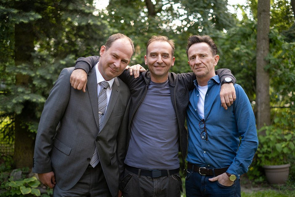 Marcin Perchuć (Krzysztof), Wojciech Mecwaldowski (Piotrek) i Paweł Wilczak (Adam); fot. TVN/Piotr Litwic
