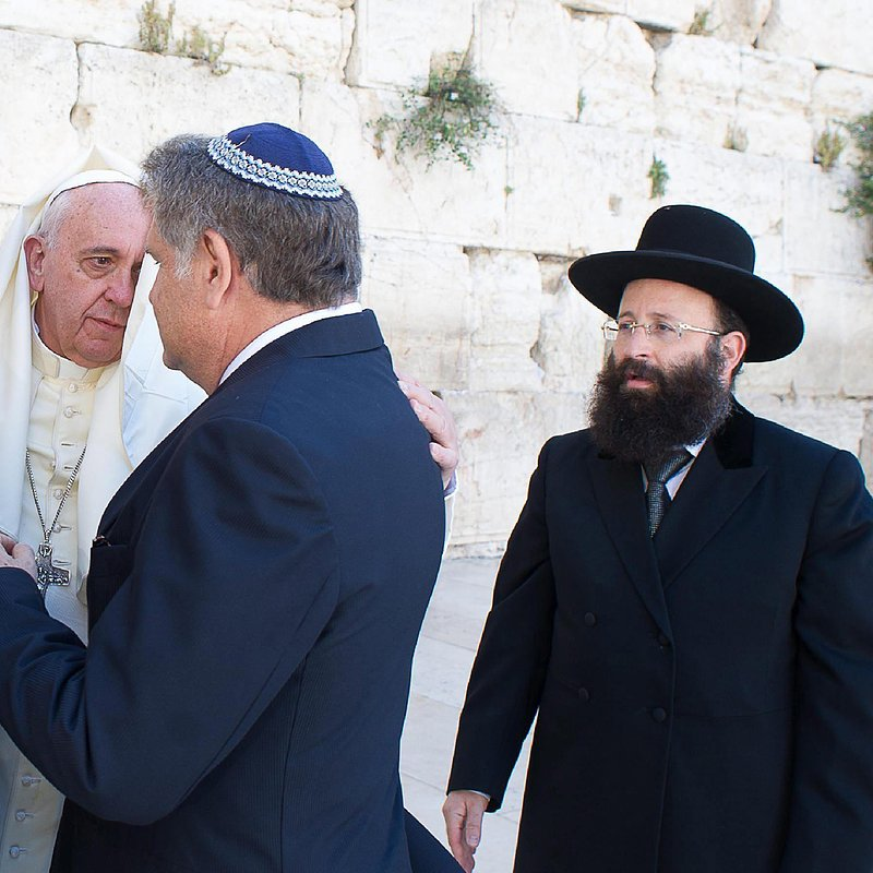37632_001_Pope Francis (2nd left) talking with his Argentine friends Rabbi Abraham Skorka (2nd right)and Muslim leader Omar Abud (left) together to the rabbi of the Wailing Wall, Shmuel Rabinovitz (right).jpg