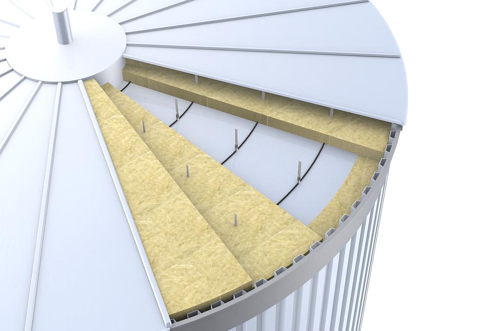 Izolacja dachu zbiornika przy pomocy sztywnych płyt z wełny kamiennej.