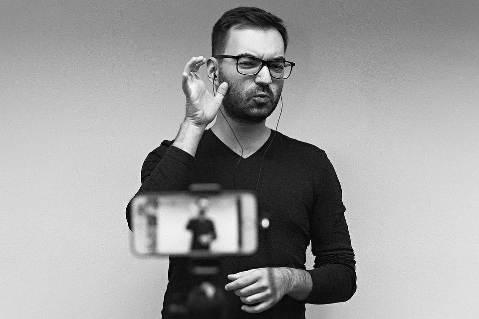 Tłumacz Bernard Kinow podczas występu Viki Gabor w ramach cyklu #EmpikMusicLive