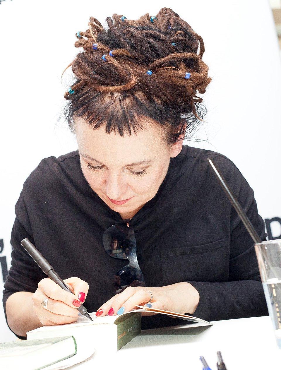 Olga Tokarczuk podpisuje swoje książki podczas spotkania autorskiego w Empiku
