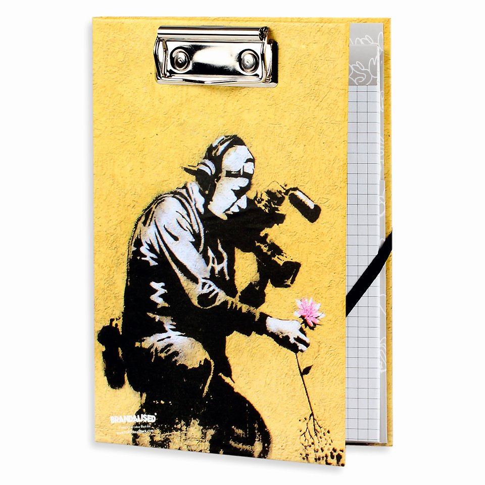 Banksy, Deska z notatnikiem, A5, Flower puller 22,99 zł.jpg
