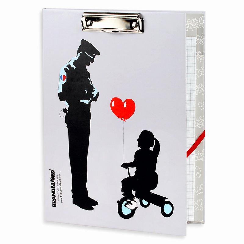 Banksy, Deska z notatnikiem, A4, Tricycle cop 32,99 zł.jpg