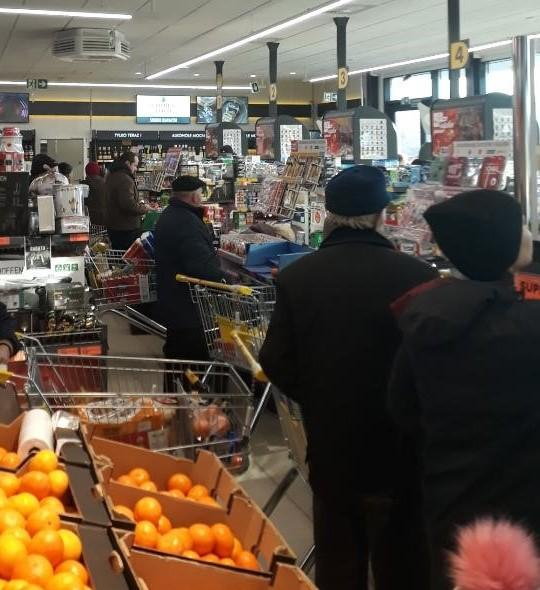 Pierwsi klienci sklepu w Strzegowie