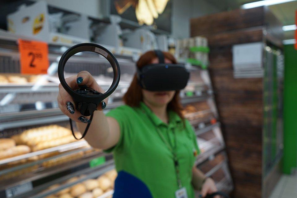 Pracownik Biedronki podczas szkolenia za pomocą gogli VR