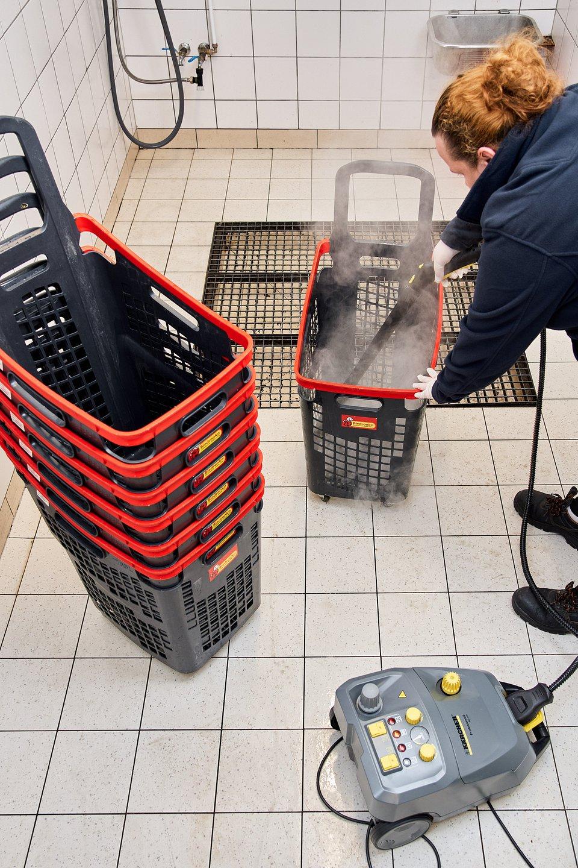 Taka dezynfekcja wózków i koszyków przeprowadzana jest w sklepach w całym kraju