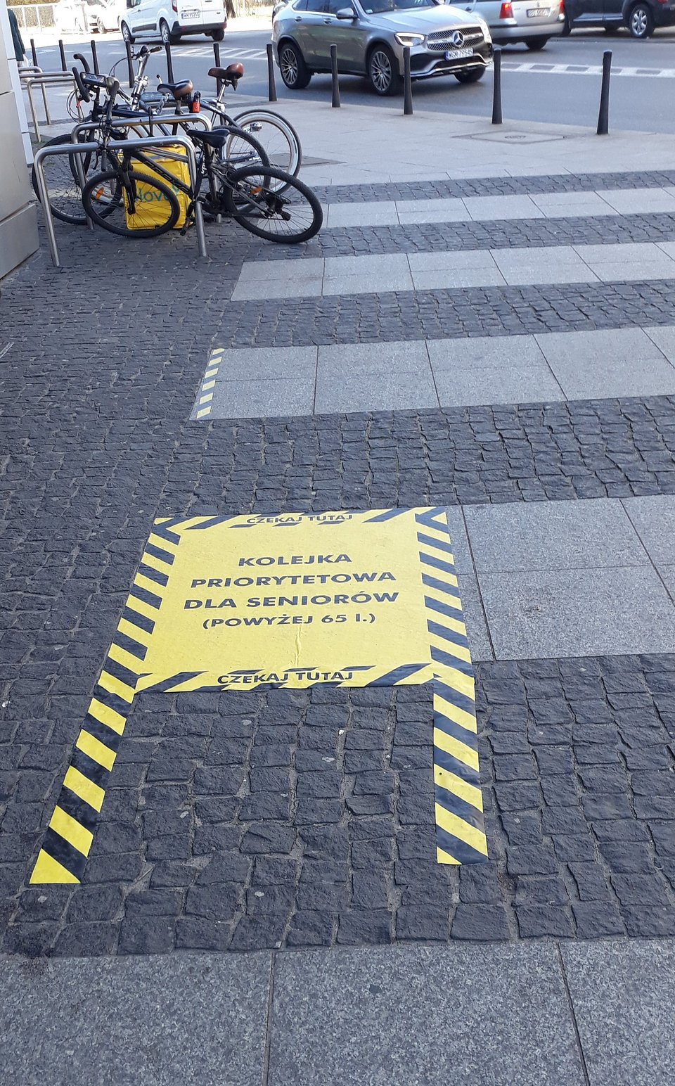 Przykładowe oznaczenie dla seniorów przed sklepem przy ul. Dolnej 3 w Warszawie