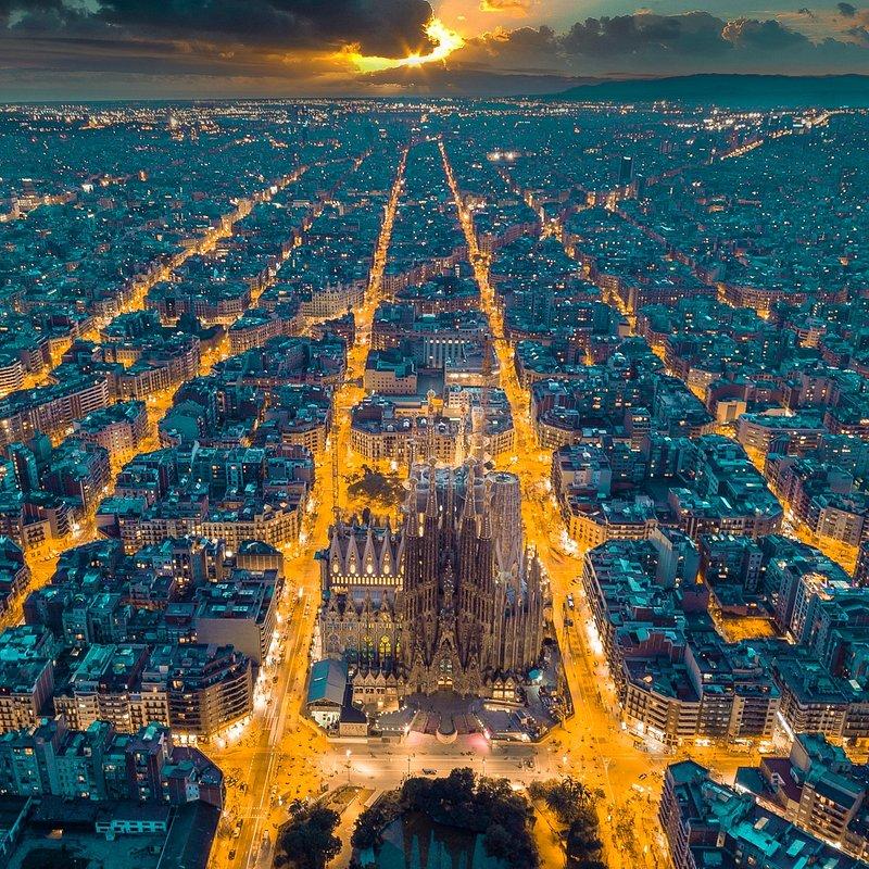Streets lights in Barcelona by Henry Do (Barcelona, Spain).jpg