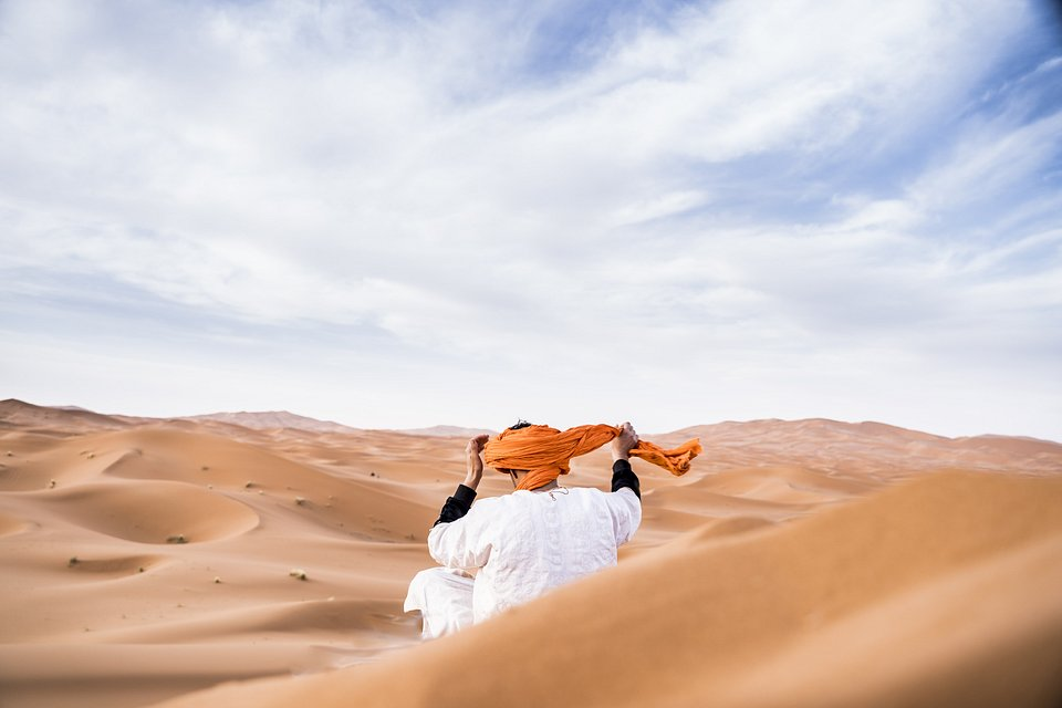 A Berber arranges his head scarf in the desert of Morocco (Carras/AGORA images)