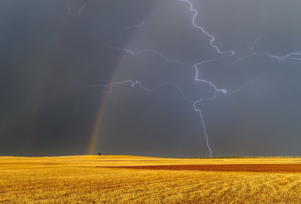 The bipolarity of nature, Tembleque, Spain (Julian Nieves/AGORA images)