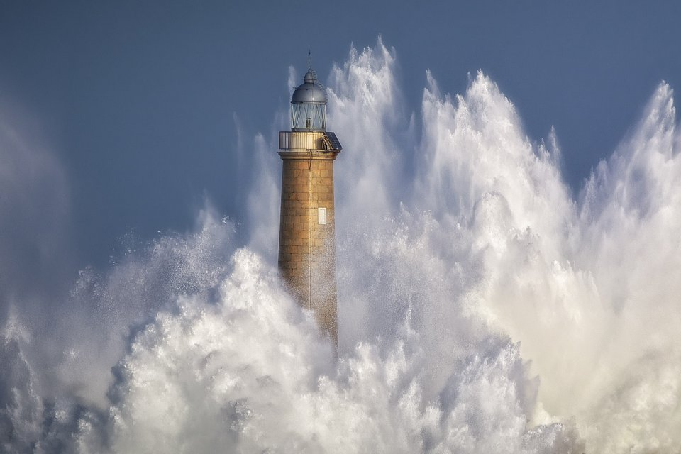 Lighthouse crushed by heavy waves in Spain (Sergio Saavedra Ruiz/AGORA images)