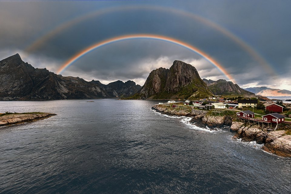 Double rainbow shining over norwegian shores (Paal Uglefisk/AGORA images)