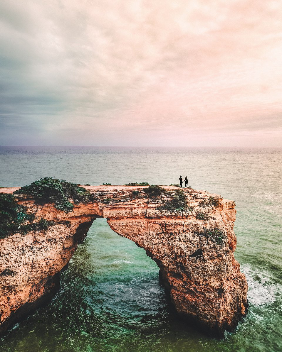 Romantic moment for this couple looking at the horizon together in Portugal (Vitor Esteves/AGORA images)