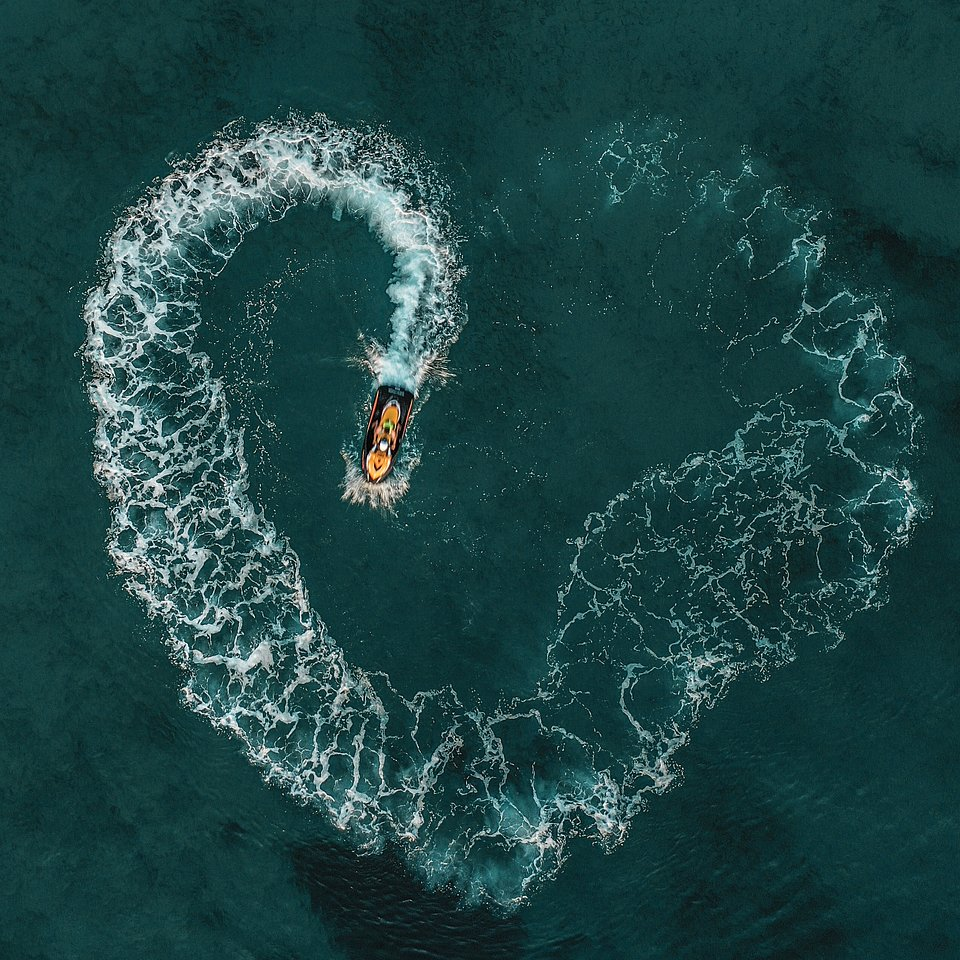 Boat love declaration in Greece(Ioannis Koukouzis/AGORA images)