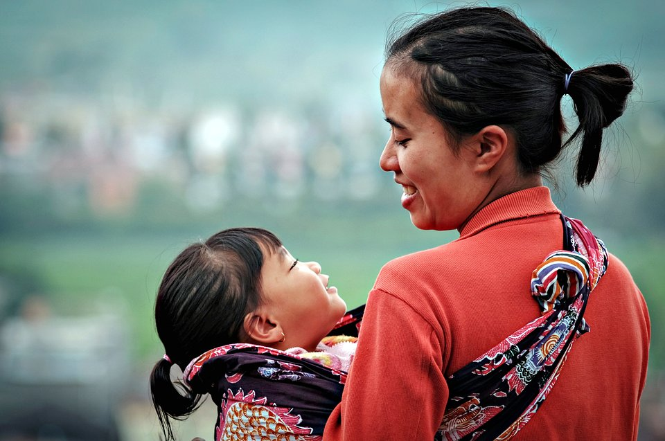 Intense look between a mother and her daughter, Thailand (Asep/AGORA images)