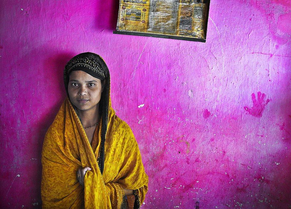 Teenager in the colorful streets of Kolkata, India (Pranab Basak/AGORA images)