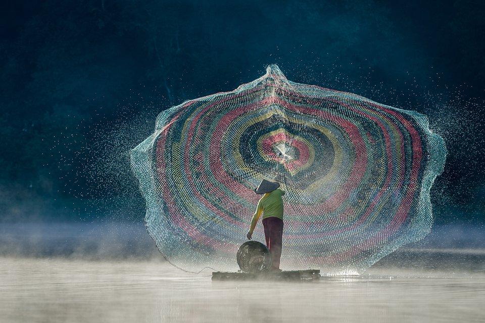 Fisherman in action at the Situ Patenggang lake (Glenn Valentino/Agora)