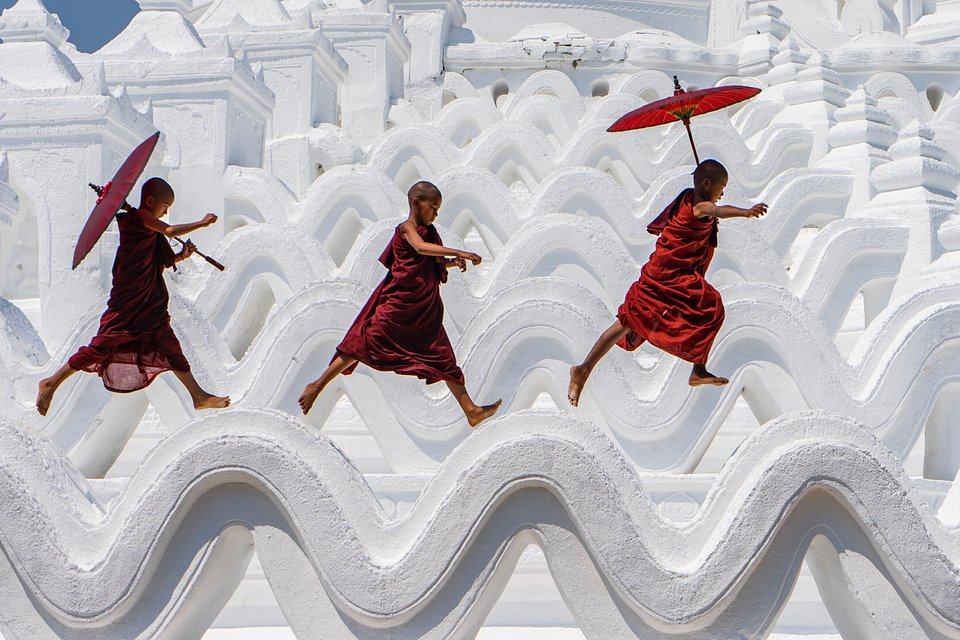 Young monks having fun in Hsinbyume Pagoda (Ling Ling/Agora)